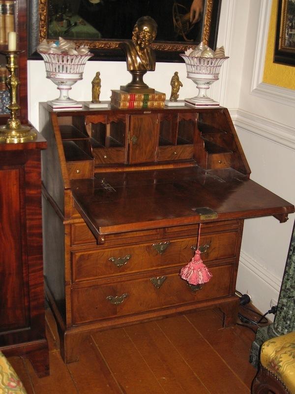 c1710 queen anne bureau roys antiques. Black Bedroom Furniture Sets. Home Design Ideas